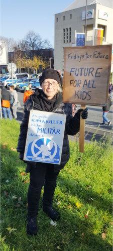 Die Fotografin des nebenstehendes Gruppenbildes mit Demo-Plakaten